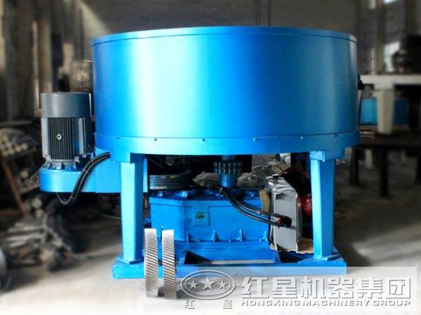 1、操作方便   圆盘给料机采用新颖可调节料层的控制闸门,可以方便地设置给料量的大小,调节方便,调节范围宽。采用不易堵料、挂料的短管,防止因物料久放发生固化而不能顺利卸出。   2、承载能力大   圆盘给料机采用大直径回转支承结构,承载能力特别大,可以长期承受15米以上矿槽物料的压力,使用寿命10以上。   3、传动可靠   圆盘给料机的传动结构可靠性高,寿命长,由于全部采用硬齿面齿轮传动,传动效率特别高,可达95%以上。   4、润滑良好   传动部分的润滑条件好,减速机、回转支承、小齿轮等主传动机